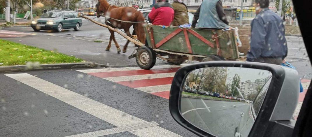 La bulivar, birjar! Un vehicul retro a făcut liniuțe pe străzile moderne din orașul Galați