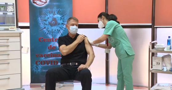 Puterea exemplului: președintele Klaus Iohannis s-a vaccinat în direct